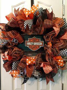 Dyi Crafts, Wreath Crafts, Wreath Ideas, Birthday Wreaths, Mesh Wreath Tutorial, Harley Davison, Craft Projects, Craft Ideas, Fabric Wreath