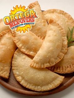 Make These Easy Ham and Cheese Empanadas With Puff Pastry Dough Cheese Empanadas Recipe, Chicken Empanadas, Dominican Empanadas Recipe, Delivery Comida, American Appetizers, Puff Pastry Dough, Ham And Cheese, Manchego Cheese, Goat Cheese