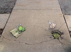 E' sufficiente una manciata di gessetti per trasformare un grigio marciapiede in un clorato libro delle favole. Curiosi animali e simpatici alieni sono i protagonisti della street art di  David Zinn , che racconta le sue storie per le strade di Ann Arbor, nel Michigan, con un sorprendente effetto 3D