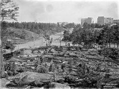 14. Fleminginkadun ja Helsinginkadun risteys vuonna 1911.   Tämä osa Kallion kaupunginosaa oli vielä rakentamatonta. Kivitaloja alkoi nousta tiiviiseen tahtiin kuvan ottamisen jälkeen ja Fleminginkatu sai mukulakivipäällysteen 1913.