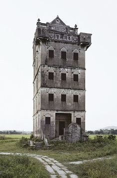 Abandoned Castles, Abandoned Mansions, Abandoned Houses, Abandoned Places, Creepy Houses, Haunted Houses, Medieval, Amazing Places On Earth, Aesthetic Space