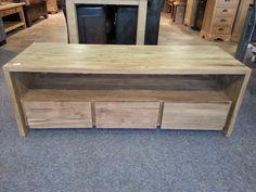 Strakke teak tv meubel met greeploze laden en een open vak. Dit tv meubel is op maat gemaakt, een goed voorbeeld van teak op maat.