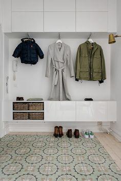 Asunto satavuotiaassa talossa - All you need is White Hallway Furniture, Entryway Decor, Small Room Bedroom, Home Bedroom, Small Entrance Halls, Flur Design, Decoration Entree, Barndominium Floor Plans, Hallway Inspiration