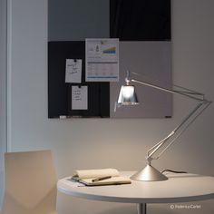 Archimoon K de FLOS. Lámpara de trabajo de efecto metalizado cuyo brazo flexible admite diferentes posiciones. Pantalla de vidrio presionado. Diseñador: Philippe Starck. http://www.lamparasoliva.com/lamparas/trabajo/archimoon-k-flos.html