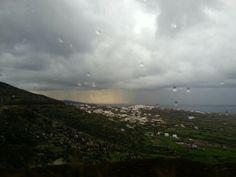 Chuvas e um tímido sol em Santorini
