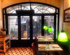 Yeni Lokanta Beyoğlu Kumbaracı yokuşunun başında Istanbul'da en sevdiğim restoran. Şef Civan Er Anadolu yemeklerini yeniden yorumlayarak büyük bir başarıya imza atıyor.  Restoran biraz küçük ve yer bulmak zor olsada sıcak dekorasyonu ile insana keyif veriyor. Şarap mönüsü Anadolu'nun butik şaraplarıyla dolu. Mutlaka ziyaret edilmeli...
