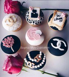 Chanel Inspired Cupcakes - Cake by Sophia Mya Cupcakes (Nanvah Nina Michael) Fondant Cake Tutorial, Fondant Cupcake Toppers, Cupcake Cakes, Coco Chanel Cake, Chanel Cupcakes, Monogram Cupcakes, Fashion Cupcakes, Christmas Cupcakes Decoration, Cake Branding
