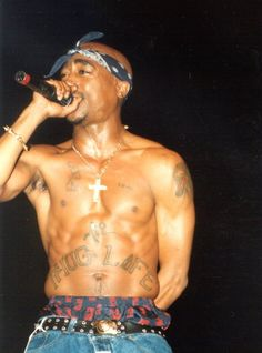 Tupac Shakur in hip hop style Tupac Wallpaper, Tupac Makaveli, Hip Hop Instrumental, Interview, Rap God, Best Rapper, The Jacksons, American Rappers, Poses For Photos