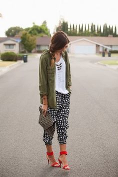 printed harem pant and army jacket Looks Street Style, Looks Style, Looks Cool, Spring Summer Fashion, Autumn Fashion, How To Wear Joggers, Mode Lookbook, Look Fashion, Fashion Outfits
