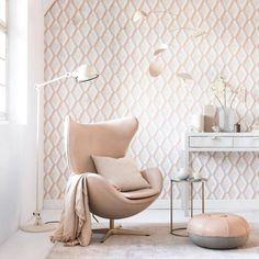 Waarom kiezen voor behangen in een woning of appartement denk je? 🤔 Behang werkt pijlsnel die muur weg waarop je bent uitgekeken, de keuzemogelijkheden zijn quasi oneindig én de impact op je interieur is groot. 🤩 Op zoek naar interieurtips bij het behangen? 👇 Eén van de hippe trends in 2021 is opnieuw het retrobehang. De drukke patronen in opvallende kleuren vallen opnieuw goed in de smaak en zijn leuk te combineren met strakke, eenvoudige meubelstukken en decoratie. 👌 Color Schemes Colour Palettes, Pink Palette, Geometric Wallpaper, Designers Guild, Designer Wallpaper, Fresco, All The Colors, Perfect Place, Accent Chairs