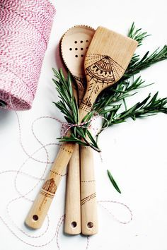 Looking for the perfect gift to make for the holiday host or hostess? This simple serving set is not only easy to make, but makes a great impression, too! The holidays have a wonderful way of encoura