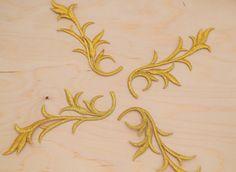 4 pc or feuille Embrodiery patchs. Applique de feuille d'or avec le travail de…