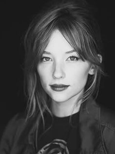 Part lines Front and Center. (Posts by Maria Elizabeth) Growing Out Fringe, Growing Out Bangs, Gorgeous Women, Beautiful People, Amazing Photography, Portrait Photography, Haley Bennett, Beach Portraits, Haircuts With Bangs