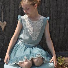 Talla 10. Blusa de ceremonia en tono aguamarina/turquesa de la marca #Lolittos. La pasamaneria de ganchillo es ideal y contrasta con el tono de la blusa. La espalda acaba en pico y se ata con botones. Es un bombón maravilloso para un evento importante de primavera - verano. El conjunto de blusa y falda se vende por separado.  #vestidosniña #tiendainfantil #modainfantil #tiendainfantilonline Child Fashion, Blouse And Skirt, Hue, Buttons, Turquoise, Girls Dresses, Spring Summer, Skirts