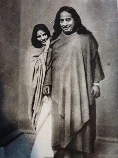 El fenómeno de los gurús. Paramahansa Yogananda (1893-1952), fue un yogui y gurú hinduista, propagador del yoga en Occidente, particularmente del método llamado kriya yoga. Enseñó meditación y muchos conocieron por vez primera la filosofía oriental en su famoso libro Autobiografía de un yogui. https://es.wikipedia.org/wiki/Paramahansa_Yogananda https://www.youtube.com/watch?v=Gf_eLOAwPJI