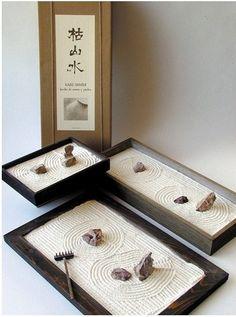 Le jardin japonais sec ou Karesansui, un jardin Zen - Jardin Zen Miniature Jardin Zen Miniature, Mini Jardin Zen, Miniature Gardens, Zen Sand Garden, Mini Zen Garden, Buddha Garden, Jardin Feng Shui, Feng Shui Garden Design, Feng Shui Dicas