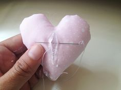 IMG_4837 Felt Christmas Decorations, Valentine Decorations, Valentine Crafts, Tutorial Diy, Felt Wreath, Fabric Hearts, Girl Baby Shower Decorations, Diy Gifts, Diy And Crafts