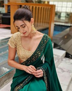 The much awaited list is here Ladies. Have a look at the latest blouse designs trends for this year. Trendy Sarees, Stylish Sarees, Fancy Sarees, Party Wear Sarees, Dress Indian Style, Indian Dresses, Indian Outfits, Indian Clothes, Indian Attire