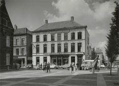 Breda de Ginnekenstraat in 1961. Het pand wat je ziet is bedrijfspand glas- en verfhandel Wagemakers en Zoon, het pand heet Huis De Rooden Haen. Rechts het beeld De Vlucht.