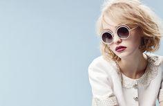 Chanel (シャネル) の新作アイウェア「パール コレクション」のキャンペーンビジュアルが公開された。クラシカルなラウンドシルエットに、Chanel のシグネチャーであるパール装飾をトリミングで施した遊び心溢れる「パール コレクション」。モデルには、Vanessa Paradis (ヴァネッサ・パラディ) と Johnny Depp (ジョニー・デップ) の愛娘であり、次期ファッションアイコンの Lily-Rose Depp (リリー=ローズ・デップ) が起用されている。