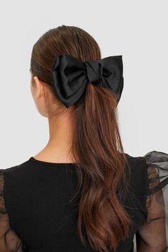 Satiny bow in Stradivarius for only 545 PHP available for a limited time. Hair accessories for women always on trend, come in and find out now! Diy Hair Scrunchies, Diy Hair Bows, Elegante Y Chic, Black Hair Bows, Hair Accessories For Women, Shiny Hair, Bun Hairstyles, Hair Ties, Hair Inspiration