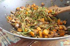 Hoje o Receita Esperta traz o Yakissoba low carb, onde usa o spaghetti de abobrinha como base para o prato.