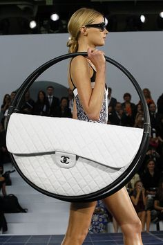 KARL LAGERFELD has explained the inspiration behind that Chanel hula hoop bag seen in the spring/summer 2013 show - and you might be surprised at its intended purpose. Primavera Chanel, Karl Lagerfeld, Fashion Bags, Fashion Accessories, Paris Fashion, Beach Accessories, Vogue Fashion, Fashion Week, Diy Fashion