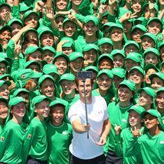 Il tennista inglese Andy Murray si fa un selfie con i raccattapalle che saranno impegnati nel torneo Australian Open 2016 a Melbourne