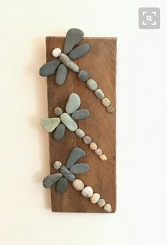 Three Rock Dragonflies on Driftwood- More art diy art easy art ideas art painted art projects Beach Crafts, Diy Crafts, Frame Crafts, Garden Crafts, Beach Themed Crafts, Garden Wall Art, Summer Crafts, Caillou Roche, Art Pierre