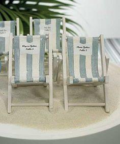 Adoptez une décoration de table theme mer en choisissant ces marques places transat a personnaliser d'une étiquette. Chaque marque place chaise de plage rayée sera un cadeau original pour vos invités. Elles pourront en effet servir d'escort card pour...