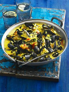 This recipe for saffron mussels with orzo & tomatoes is really easy - it's a one-pot - and takes under and hour but it looks fantastic and is packed full of delicious flavours. It's a great new way to make the most of mussels and tomatoes.