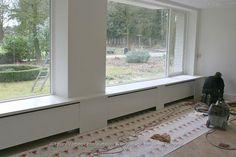 Wij zouden graag voor de woonkamer 2x en de slaapkamer 1x een offerte ontvangen voor een brede vensterbank met radiatorombouw over de gehele breedte van de woning. Zowel de slaapkamer als de woonkamer is 3.50 meter breed, tevens een ombouw met een smallere vensterbank onder het kleine dakraam (zie bijgevoegde foto). In de bijlage een voorbeeld zoals wij dit graag zouden willen hebben. Voor in de slaapkamer een verbrede vensterbank met radiatorombouw met aan weerszijde een plank en opening…