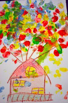 """Inšpirovali sme sa rozprávkou """"UP"""" ak ste nevideli dole ukážka. V rozprávke bol domček, ktorý letel, práve kvôli veľkému množstvu balónov. Na papier sme si nakreslili domček, z ktorého išli balóny. Balóny sme robili ako odtlačky prstov buď normálnymi farbičkami, … Continue reading →"""