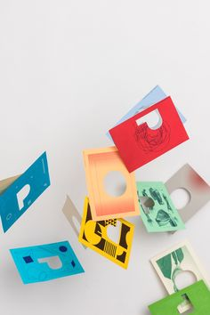 This promotion aims to reveal through the die cuts, the wide range of this colourful uncoated paper and board, Pop'Set.