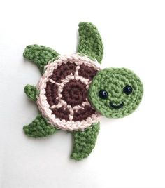 Crochet Pattern Free Sea Turtle Appliques - free crochet pattern in English and French at Natalina Craft - Free crochet pattern - Sea turtles Family Appliques - Tortues de mer How cute are these Sea turtles? They would be perfect for decorate a blanket! Crochet Easter, Marque-pages Au Crochet, Beau Crochet, Crochet Applique Patterns Free, Crochet Mignon, Crochet Motifs, Crochet Amigurumi, Love Crochet, Crochet Gifts