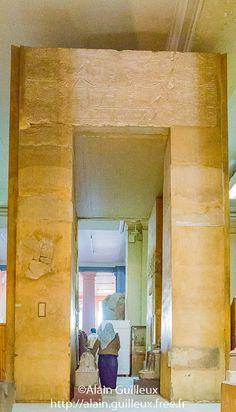 Porte de Sésostris III usurpée par Amenemhat Sobekhotep, Médamoud. Aujourd'hui au musée égyptien du Caire.