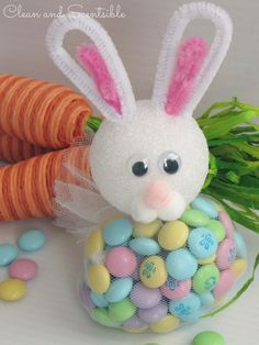 Easter Bunny Treat Holder: This easy-to-make bunny treat bag has chenille stem ears, a pompom mouth, and nose, plus a fluffy tail made from tulle. Click through to discover more DIY ideas for easy Easter crafts. Easter Projects, Bunny Crafts, Easter Crafts For Kids, Easter Candy, Easter Treats, Easter Gift, Cute Easter Bunny, Diy Ostern, Easter Crafts