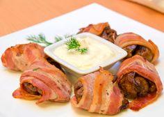 Supremas de pollo envueltas en bacón, queso y setas con salsa de cebolla