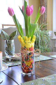 Make use of beautiful Easter flower arrangements to dress up your house ahead of the Easter festival. Find out-of-the-box flower arrangement ideas here. Easter Peeps, Easter Brunch, Easter Party, Easter Table, Easter Food, Easter Dinner, Happy Easter, Easter Flower Arrangements, Easter Flowers