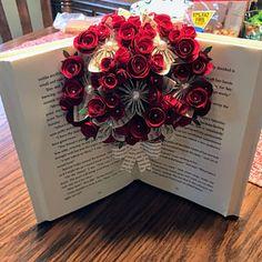 Livre bouquet fleurs en origami jardin de papillons livre   Etsy Book Page Art, Book Pages, Origami Flower Bouquet, Book Page Flowers, Purple Books, Gifts For Librarians, Purple Cards, Alternative Bouquet, Recycled Books