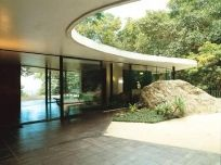 Oscar Niemeyer - Casa das Canoas (1951), Rio de Janeiro // projeter espace autour d'un cailloux, respect des formes naturelles + sol coupé selon trame des plantes