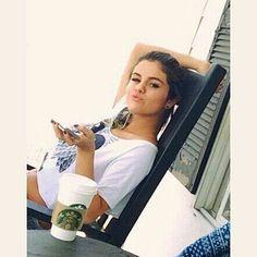 Kill them with kindness Selena Fotos Selena Gomez, Estilo Selena Gomez, Selena Gomez With Fans, Selena Gomez Style, Alex Russo, Beautiful People, Beautiful Women, Marie Gomez, Pop Singers