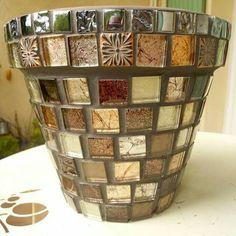 Pot en mosaïque Mosaic Planters, Mosaic Vase, Mosaic Flower Pots, Pebble Mosaic, Mosaic Garden, Ceramic Tile Crafts, Mosaic Crafts, Mosaic Projects, Mosaic Bottles