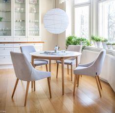 Pohjanmaan pyöreä Odense-pöytä ja pehmustetut tuolit - tyylikäs valinta keittiöön tai ruokailutilaan.