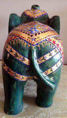 Elefante pintado en madera