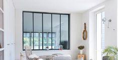 Verrière moderne, la cloison vitrée fait son retour dans la maison et séduit par son apport de lumière naturelle et son système de pose facilité.