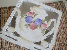 Caixa em MDF,pintada com técnica provençal para armazenar saquinhos de chá em 4 repartições internas. Dimensões do produto: 8.5-A x 16-L x 16-C R$ 49,90