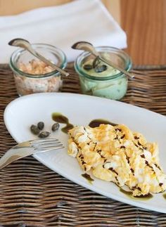 Kürbiskern-Eierspeis // Scrambled egg with pumpkin seed oil Pumpkin Seed Oil, Scrambled Eggs, Macaroni And Cheese, Seeds, Bread, Ethnic Recipes, Food, Mac And Cheese, Brot