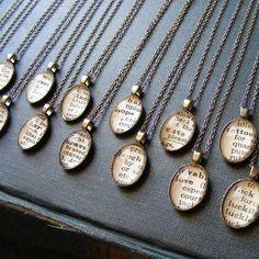 Utilize palavras de trechos do dicionário para com qualidades de cada uma de suas madrinhas para compor esses lindos colares! Uma lembrança para a vida toda!