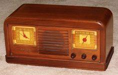 Vintage Philco Wood Table Clock Radio, Model 42-22CL, 6 Tubes, Made In USA, Circa 1941 - 1942.